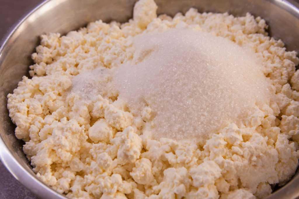 Высыпаем в творог для воздушных сырников сахар