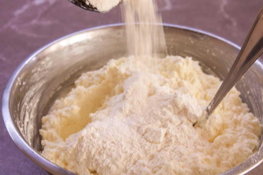 Добавляем в творожную массу для сырников в духовке разрыхлитель.