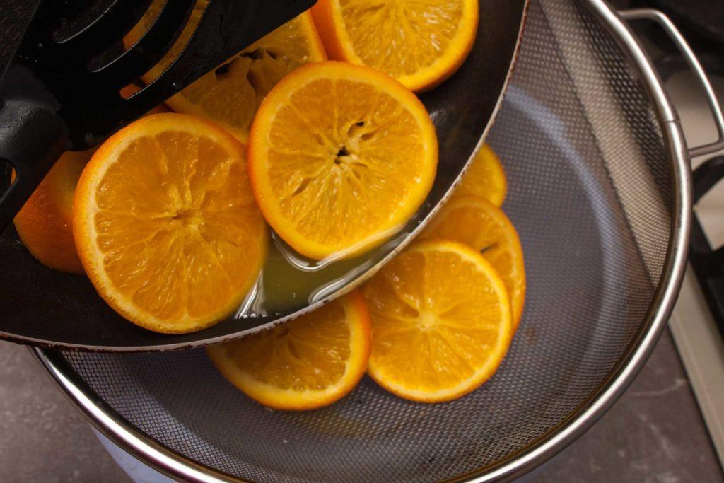 апельсины, что проварились 15-20 минут, отбрасываю на дуршлаг