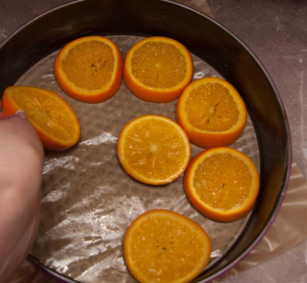 на дно формы выкладываю остывшие апельсины