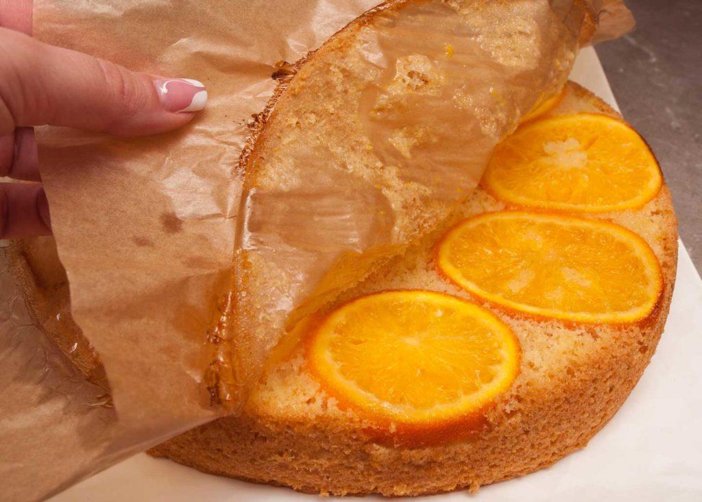 перекладываю апельсиновый пирог на блюдо, так чтобы апельсины оказались сверху и снимаю пергамент