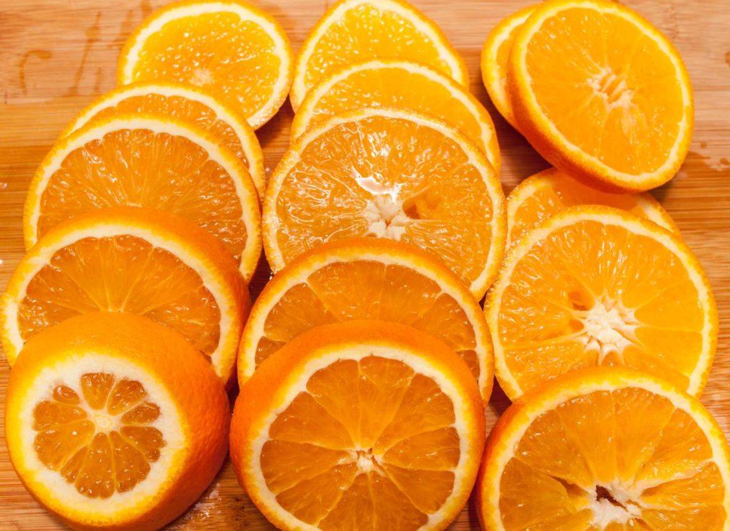 апельсины для пирога нарезаю толщиной не более 7 миллиметров