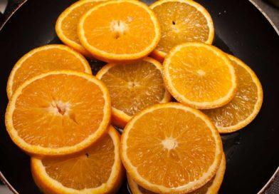 в закипевший сироп для пирога выкладываю апельсины