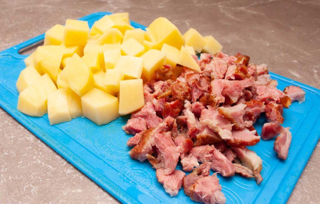 картофель нарезаю кубиком, а мясо из ребрышек произвольно мелкими кусочками