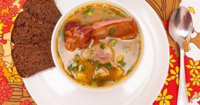 гороховый суп с копчеными ребрышками в тарелке со свининой
