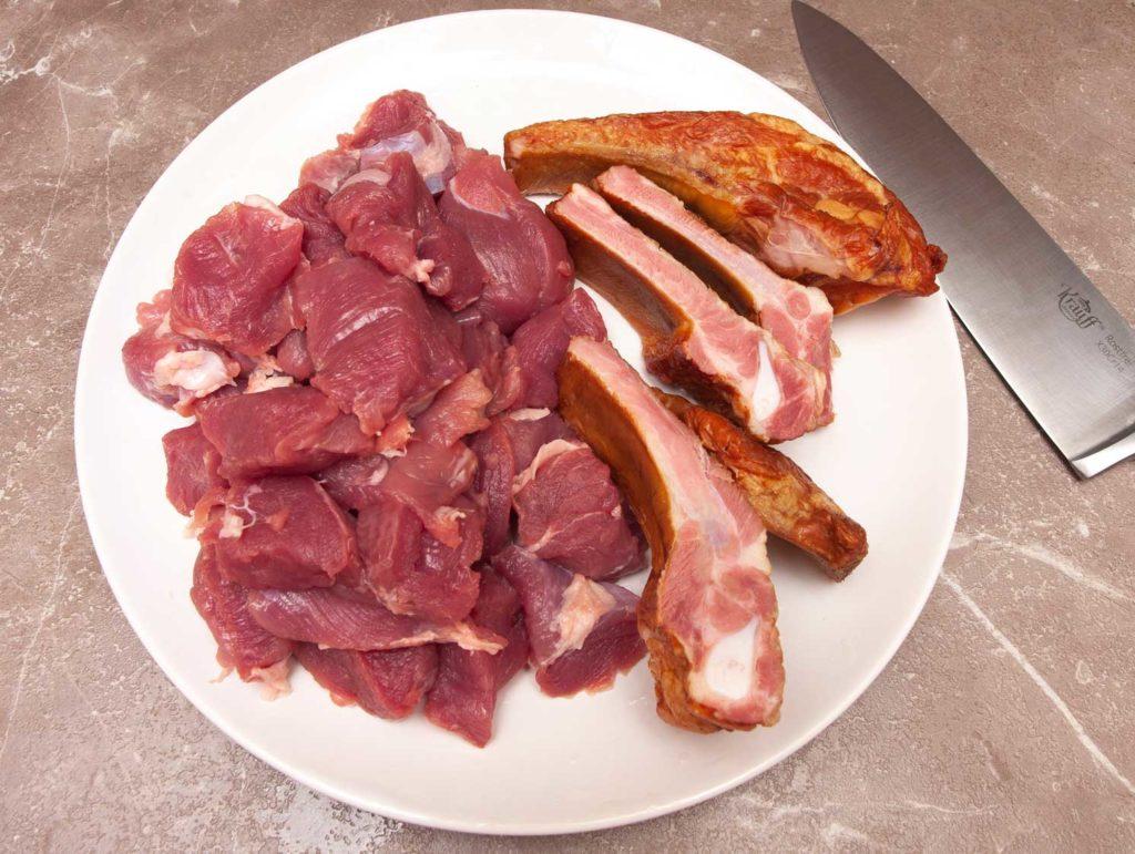 нарезаю свиную вырезку и копченые ребрышки для горохового супа