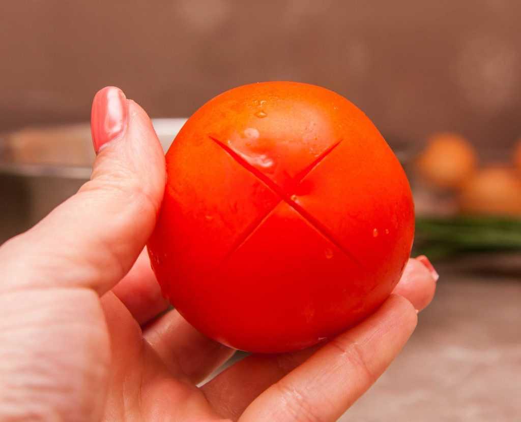 "Делаю ""крест"" на помидорах для яичного супа"