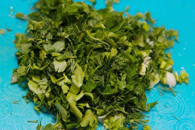 Нарезаю зелень для тыквенного супа-пюре