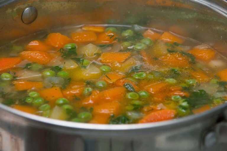 Тыквенный суп-пюре с курицей и сливками обогащаю зеленью