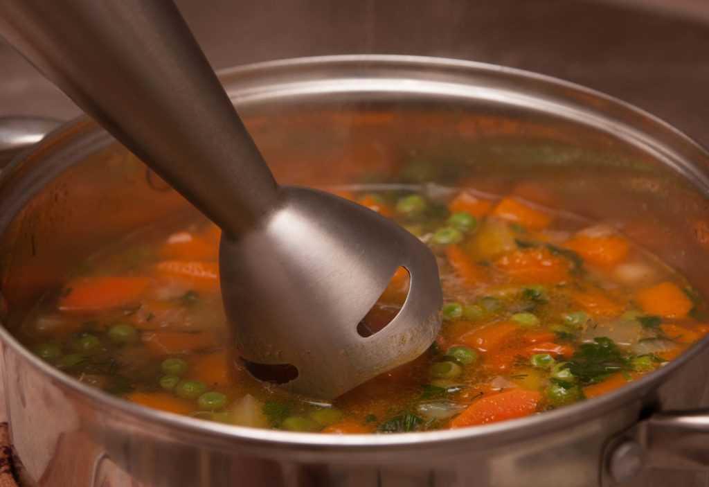 Суп-пуре самое время начать взбивать блендером