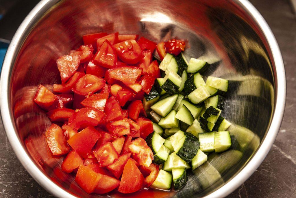 Начинаем сборку салата в миску