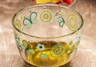 Заправка для табуле: к оливковому маслу добавляем сок лимона