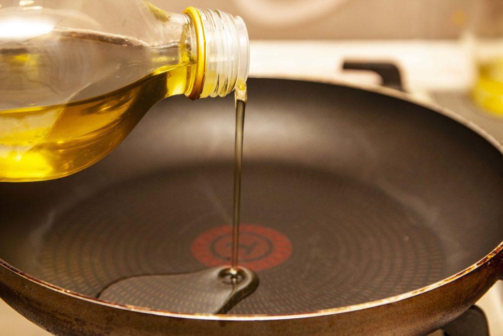 Наливаем масло в сковородку