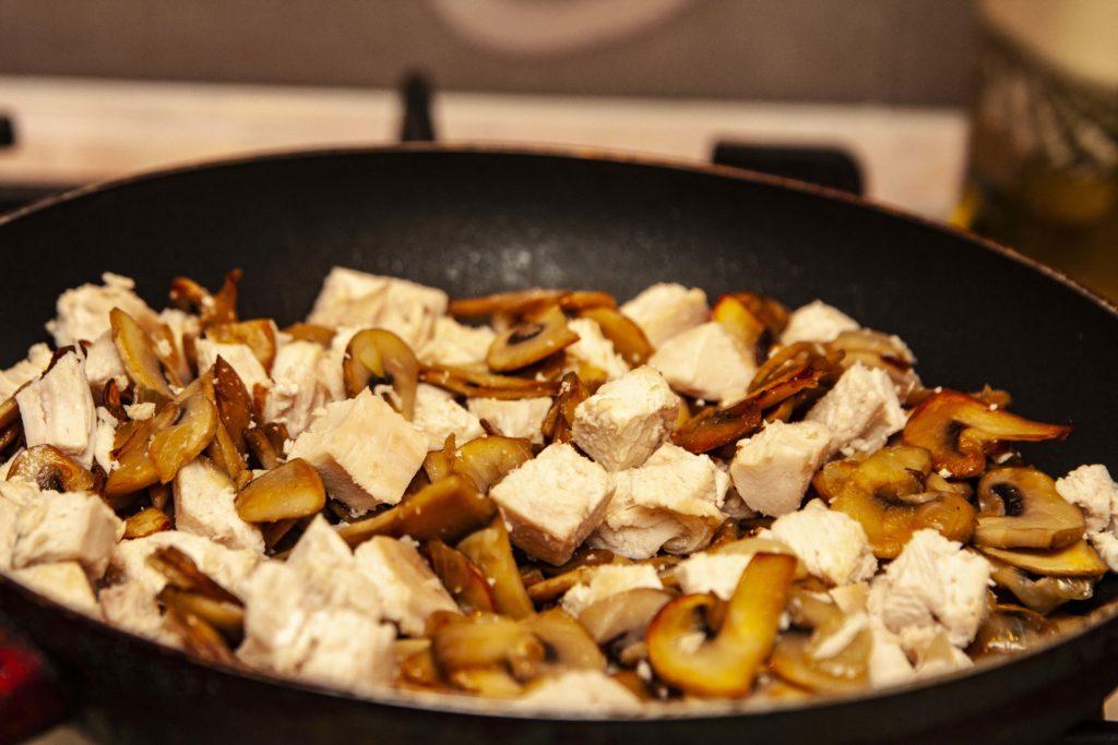 Все ингредиенты для пасты в сливочном соусе добавляю в сковородку
