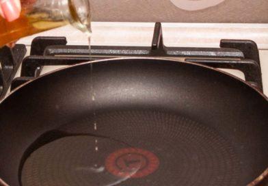 Наливаем масло на сковороду