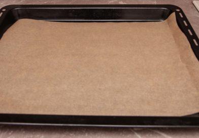 Протвень духовки накрываем пергаментом. Так булочки с яйцом не подгорят