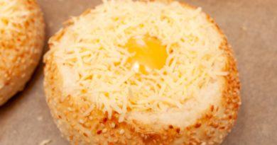 Сверху яйца на булочке сыплю натертый сыр