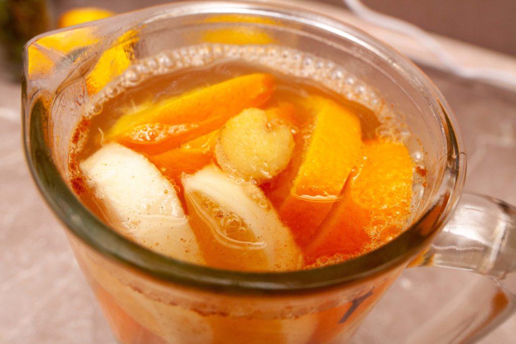 Заливаем имбирный лимонад кипятком