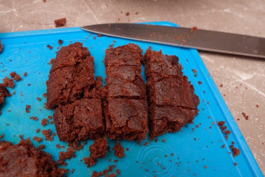 Режим один из коржей шоколадного торта с вишней