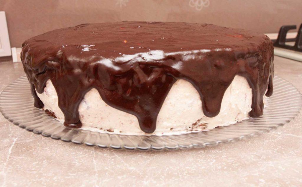 Выливаем глазурь на торт с вишней