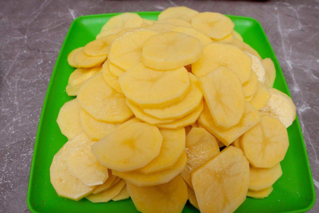Нарезанный кружочками картофель солим.