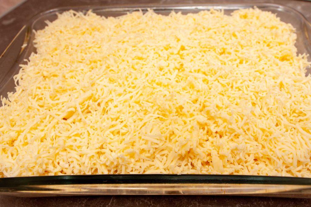 Сыр - основа пошагового рецепта картошки по французски.