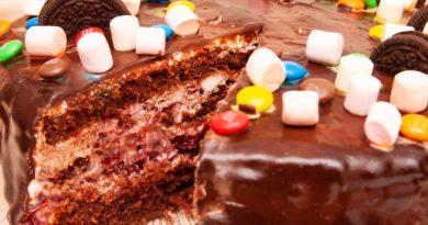 Шоколадный торт в разрезе, там вишни