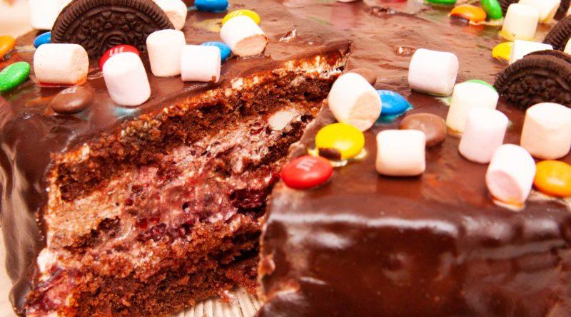 Шоколадный торт с вишней и творожным кремом в разрезе, там вишни