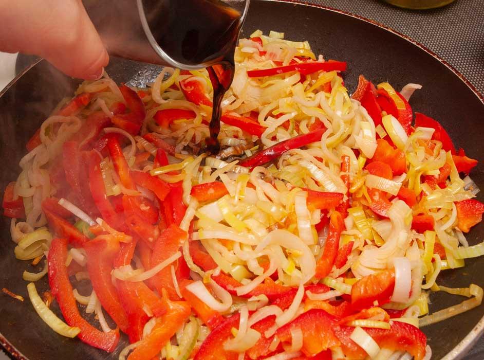 добавляю к овощам соевый соус
