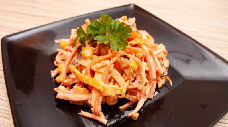 приготовленный салат из корейской моркови