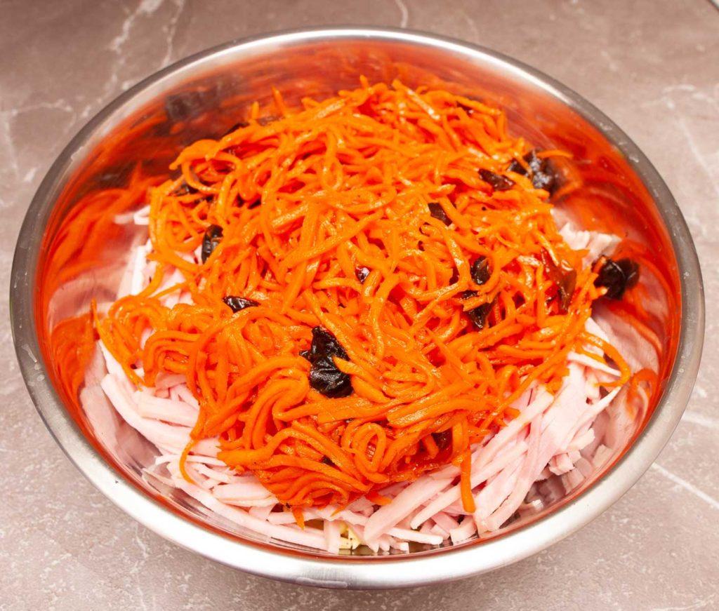 добавляю корейскую морковку в емкость к остальным продуктам