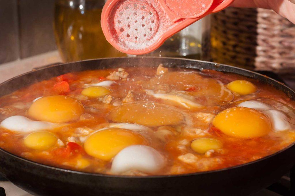 добавляю основной ингредиент шакшуки - куриные яйца, для красоты я добавила еще и перепелиные