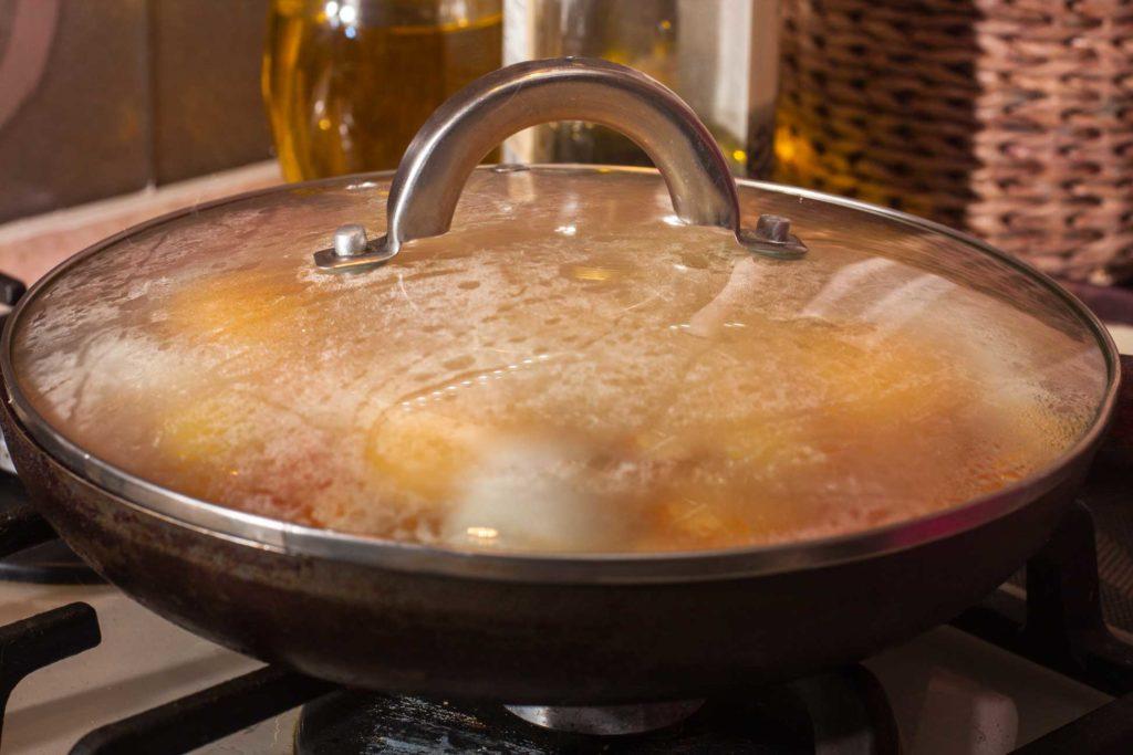 Яичница шакшука томится в сковороде