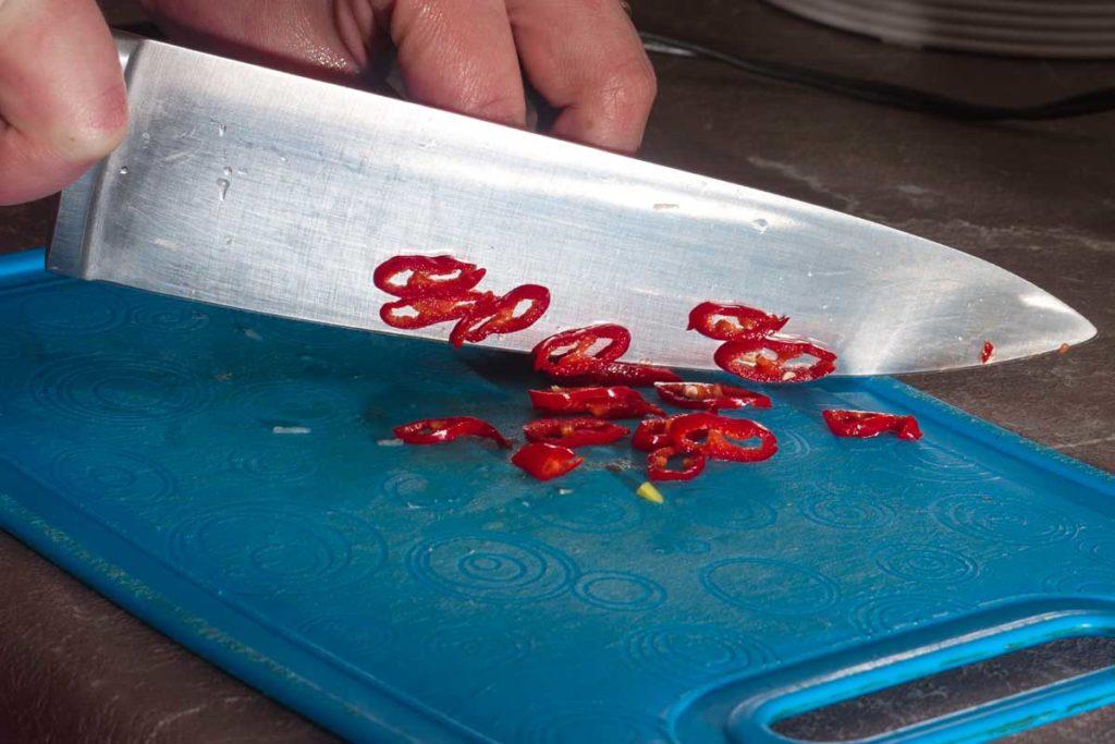 кольцами нарезаю красный острый перец чили