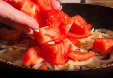 перекладываю томаты в сковороду