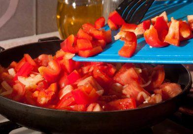 когда томаты пустят сок добавляю к ним сладкий перец