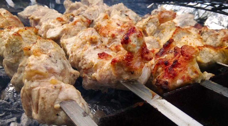 шашлык из свиного ошейка на мангале