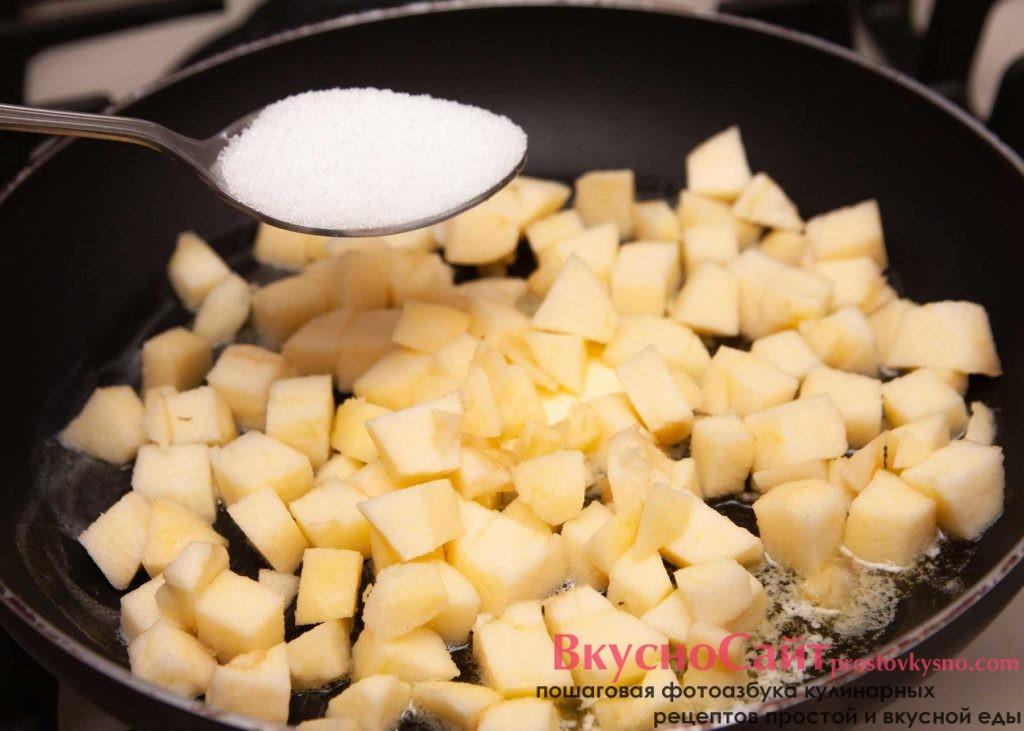 Сахаром посыпаю яблоки на сковородке