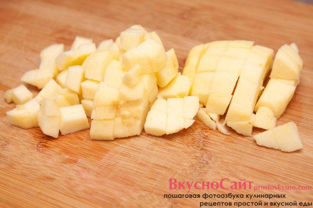 чищу яблоко для блинчиков и режу его небольшими кубиками