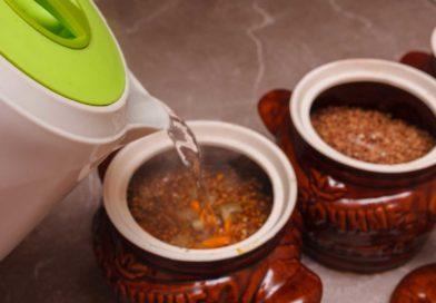 заливаю крутой кипяток в горшочки, чтобы вода была выше гречки на 2-3 см