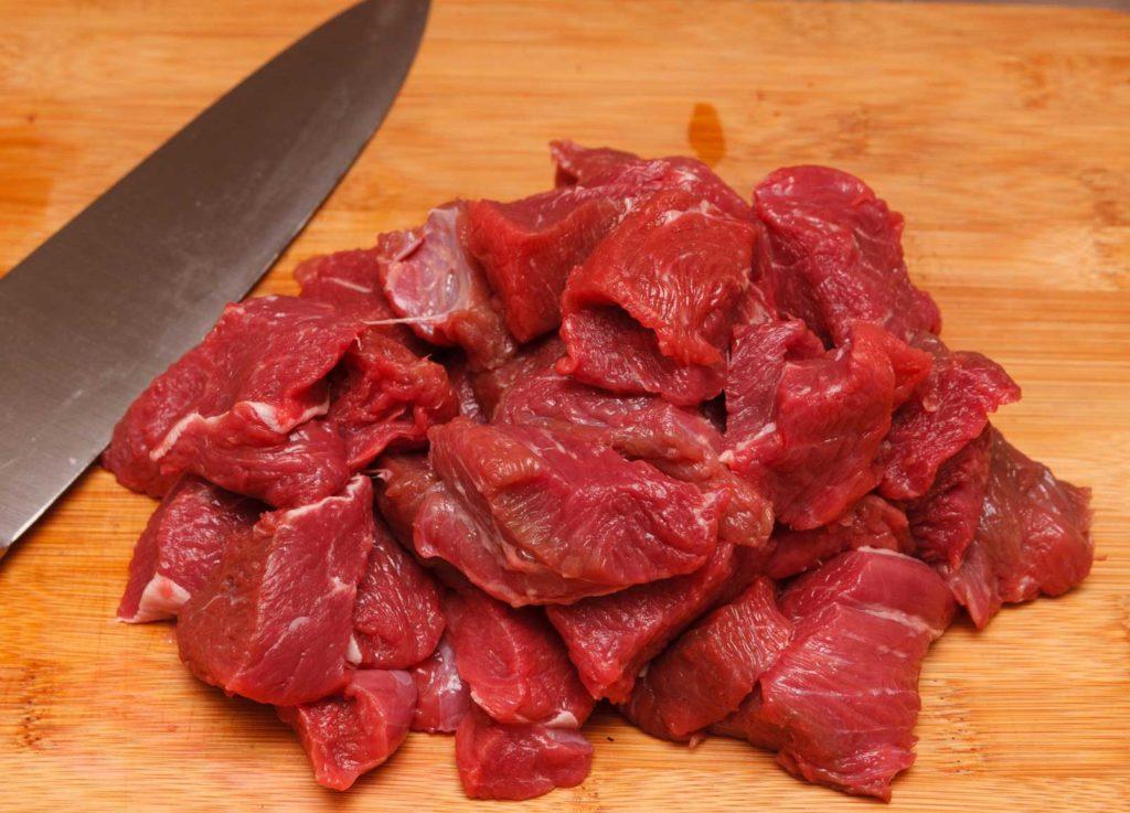 первым делом подготавливаю мясо, режу его на небольшие кусочки
