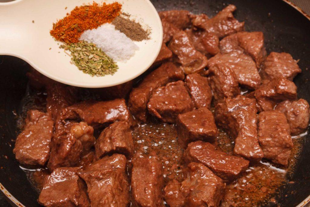 когда мясо подрумянится добавляю к нему специи