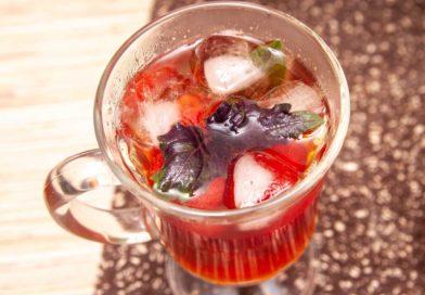 домашний, освежающий чай с клубникой и базиликом