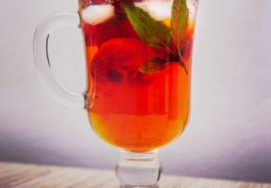Холодный чай с клубникой и базиликом готов