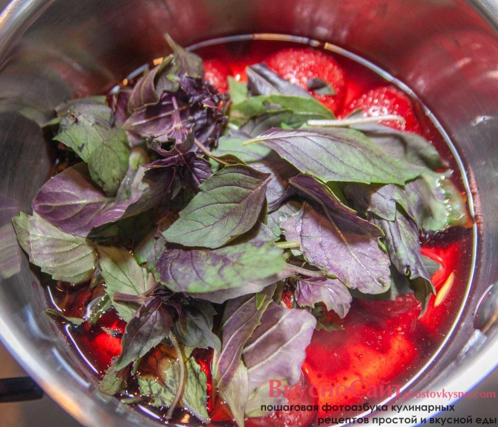 убираю клубничный сироп с огня и добавляю листья базилика