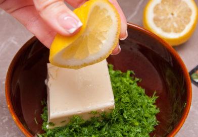 к укропу с маслом добавляю лимонный сок и специи, все хорошо перемешиваю вилкой