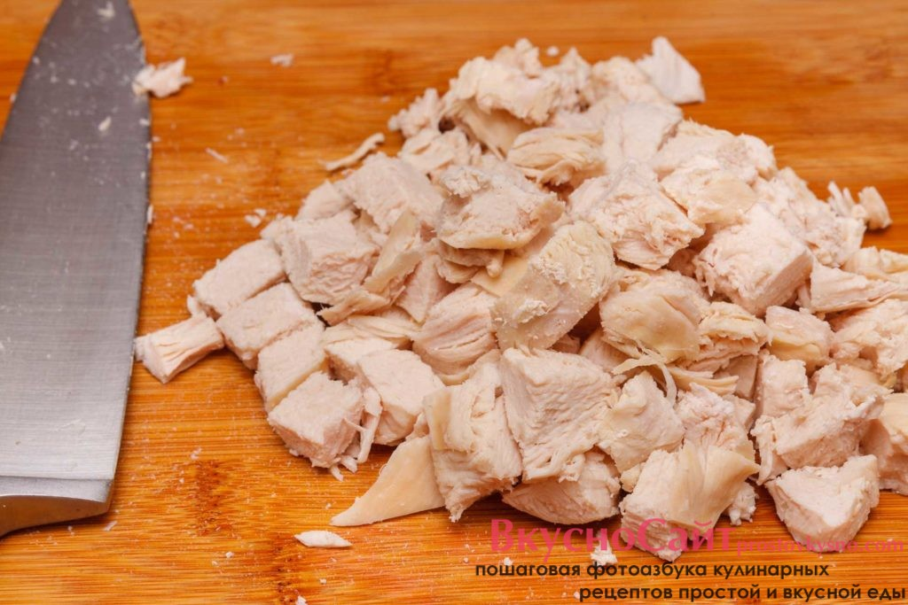 отварное куриное филе нарезаю крупным кубиком