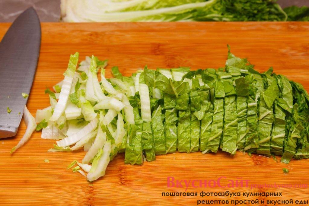 шинкую пекинскую капусту для весеннего салата