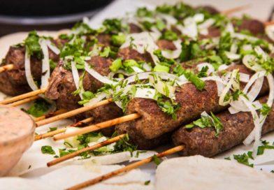 вкусный и сочный люля-кебаб на шпажках из духовки