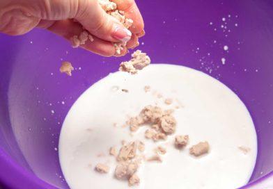 в молоко добавляю сахар и дрожжи